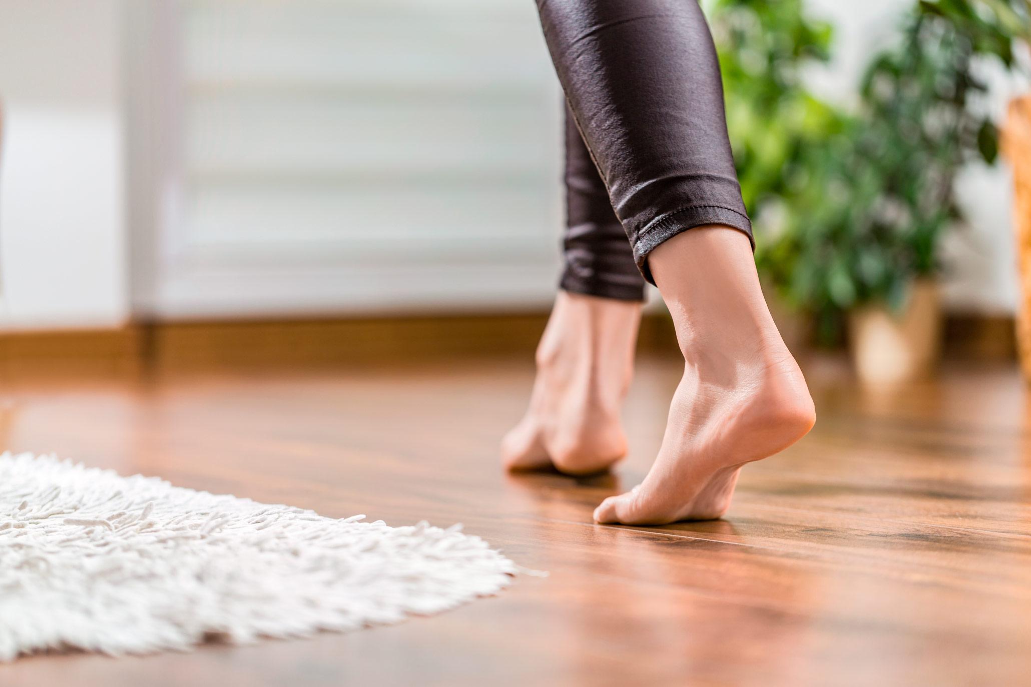 Barføtter på varmt gulv